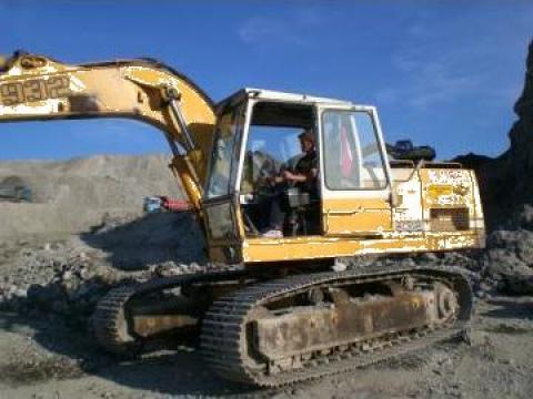 Excavator Liebherr 932 de la Stonex Explor Srl