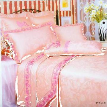 Lenjerie de pat din brocard cu dantela roz aplicat de la Johnny Srl.