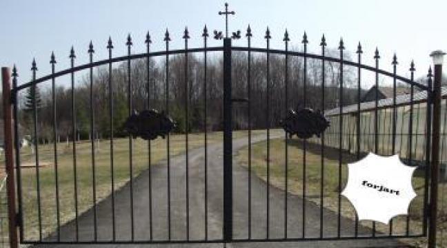 Poarta din fier forjatcu cruce de la Forjart Srl