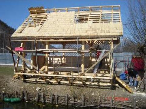 Cabana din lemn pe marginea lacului de la Adelina Srl