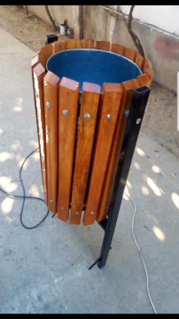 Cos de gunoi din elemente din fag prinse pe suport metalic de la Moblux Stradal SRL