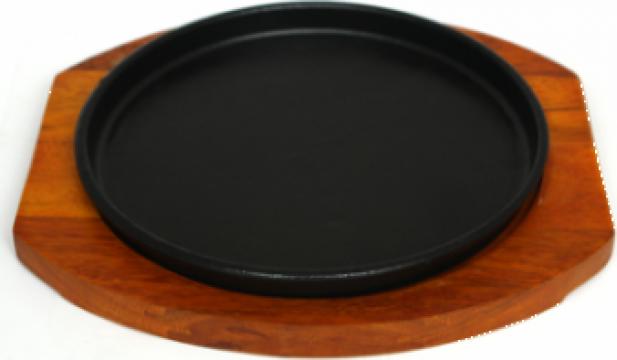 Tava fonta Etno 22cm cu suport din lemn de la Basarom Com