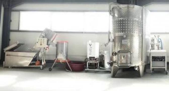 Linie completa procesare suc fructe 500 litri/zi de la Loredo Srl.