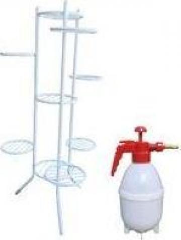 Suport alb metalic Raki pentru 9 ghivece cu pompa de stropit de la Basarom Com
