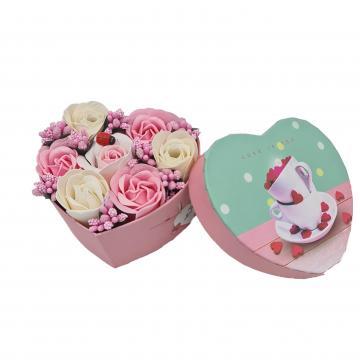 Aranjament floral 7 trandafirii roz si alb, cutie inima de la Dali Mag Online Srl