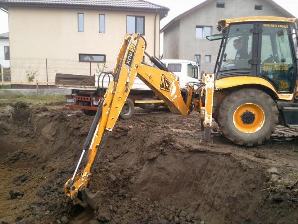 Inchiriere buldoexcavator cu brat extensibil