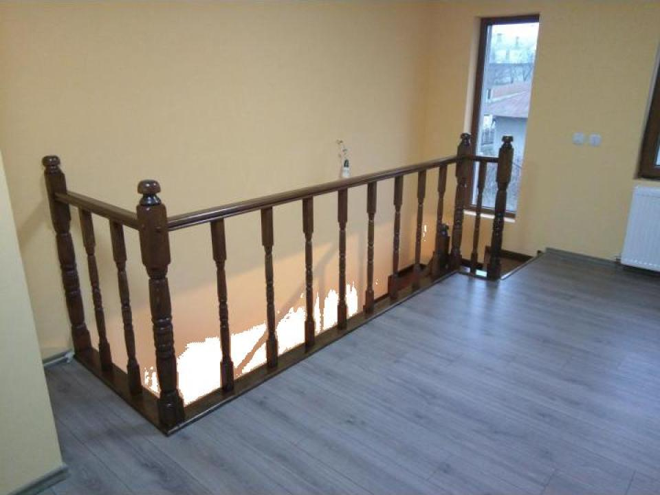 Balustrada lemn masiv cu balustri strunjiti
